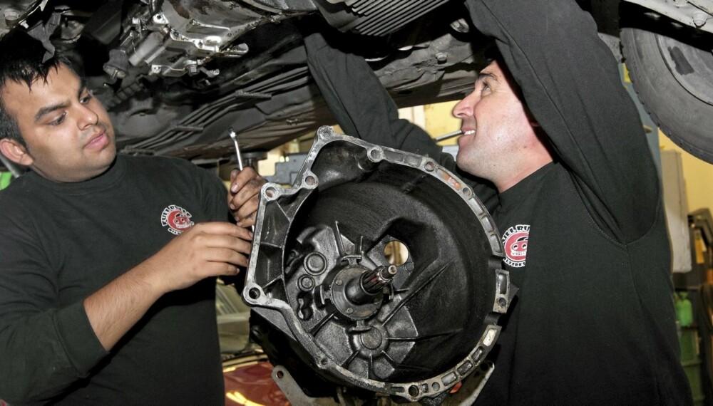 CLUTCHBYTTE: Mekanikerne Shahzad (t.v.) og Birge hos Full Rulle Bilverksted er i gang med å bytte clutch på en BMW.