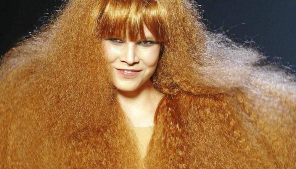SONIA RYKIEL: Sonia Rykiels signatur er hennes (balsamfrie?) frizzy røde hår, her presentert på catwalken som en hyllest til den franske designeren.