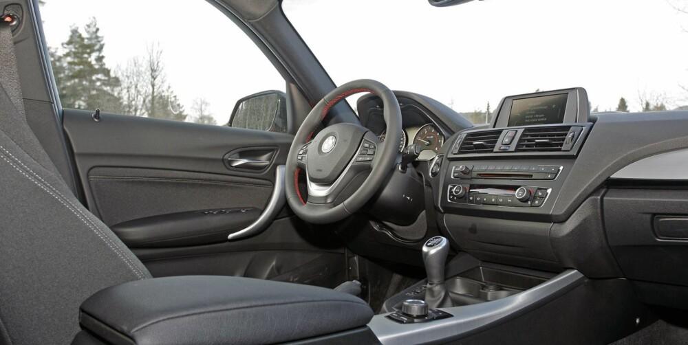 HØY KVALITET: Også når det kommer til kvalitetsfølelsen på interiøret, stikker BMW-en av med seieren. Plassmessig mangler den imidlertid en del på Civic.