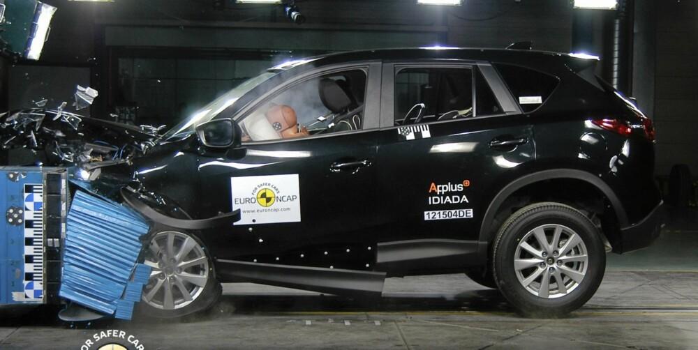 TOPPSCORE: Kompakt-SUV-en Mazda CX-5 oppnådde maksimalt antall poeng i frontkollisjonstesten og sidekollisjonstesten. Foto: EuroNCAP