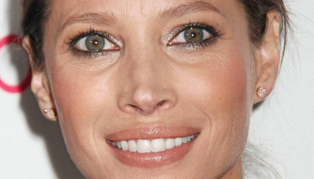 MODELLVAKKER: 43 år gamle Christy Turlington har begynt å få litt linjer og rynker i ansiktet. Her har hun mest sannsynlig fått proff hjelp til sminken. Her er det brukt matte farger, men øynene gnistrer litt ekstra med ørlite skimmer. Rouge på eplekinn gjør at hun ser duggfrisk ut, og leppene er markert i en naturlig og fin farge.
