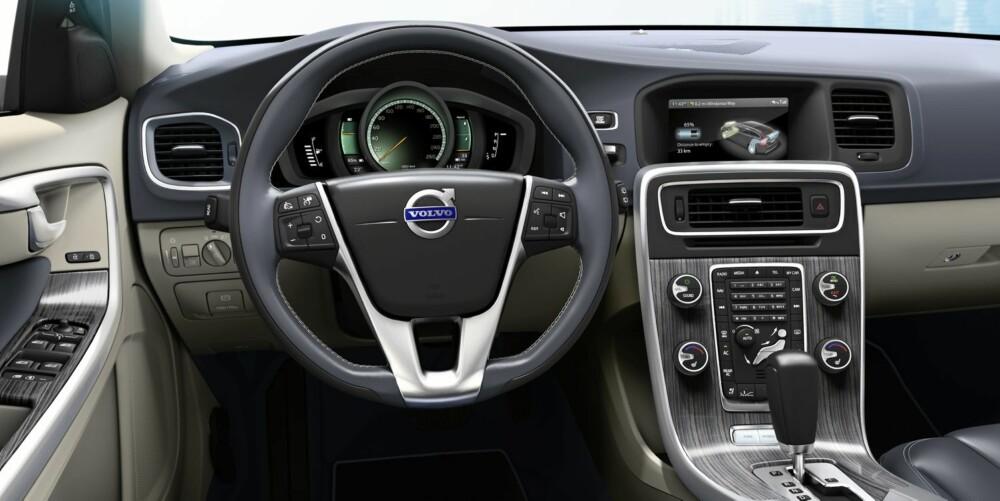 ANNERLEDES: Dashbordet i hybridversjonen av V60 er en smule annerledes enn hos en vanlig modell.