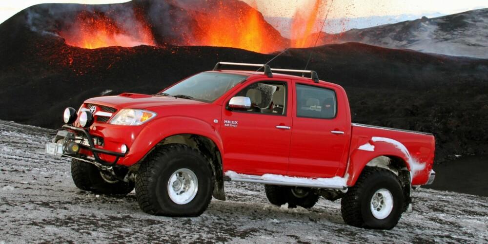 EKSPEDISJON: Arctic Truck Hilux ved den svært aktive vulkanen Eyjafjallajökull i april 2010. Med på turen var også James May fra Top Gear. Foto: Arctic Trucks