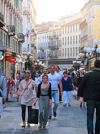 POPULÆR GATE: I gågaten Rue Massena, som går over i Rue France, er det alltid et yrende folkeliv.
