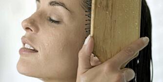 VÅTT HÅR: Har du kjemisk slitt eller krøllete hår, bør håret kun gres når det er vått.