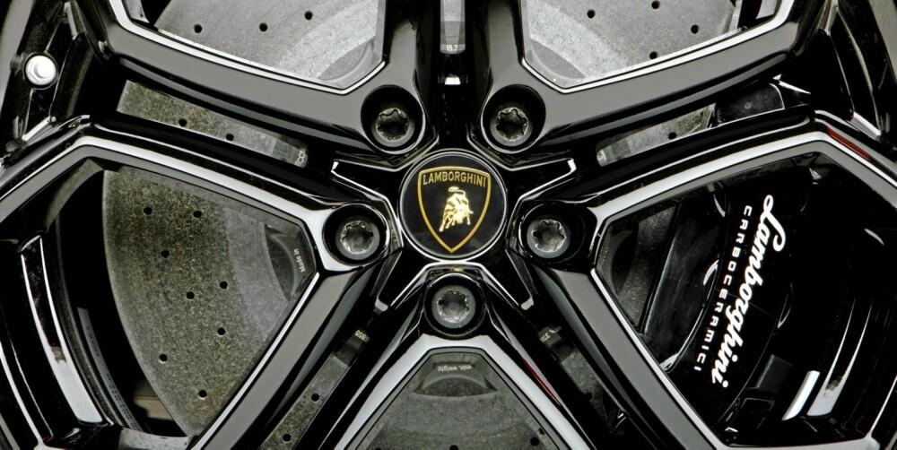 STOPPKRAFT: De keramiske bremseskivene måler 400 mm foran og 380 mm bak.