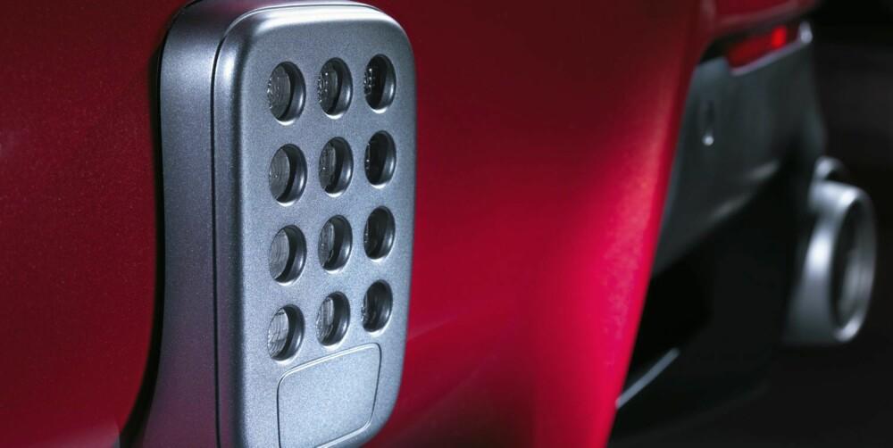 KALKULATOR: Tåkelys i F1-stil ser ut som en bilpedal. Den sitter midt på støtfangeren.