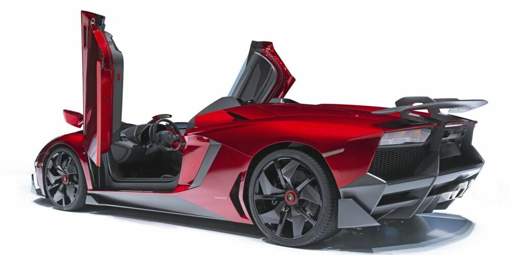 THIS IS IT: Aventador J er en singelprodusert speedster-versjon av Aventador, og den laveste bilen Lamborghini noensinne har lagd. Toppen på denne karbonfiberpluggen er bare 111 cm over bakken.