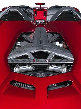 KRYSS AV: Designerne har spunnet et lekkert nett i karbonfiber over motoren.