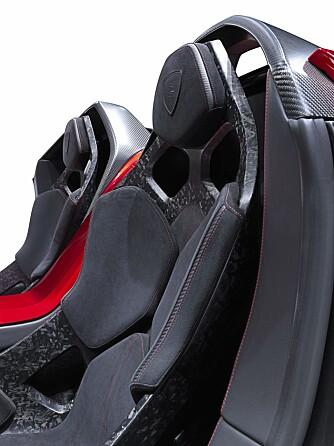 SETER: Lamborghini kaller det seter. Vi kaller dem lett fôrede pinnestoler.