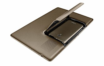 DOKKING: Telefonen får plass i en luke på baksiden av den store skjermen, og vips så er den et nettbrett.