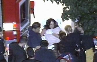 Britney Spears på båre på vei inn i ambulansen utenfor hennes hjem