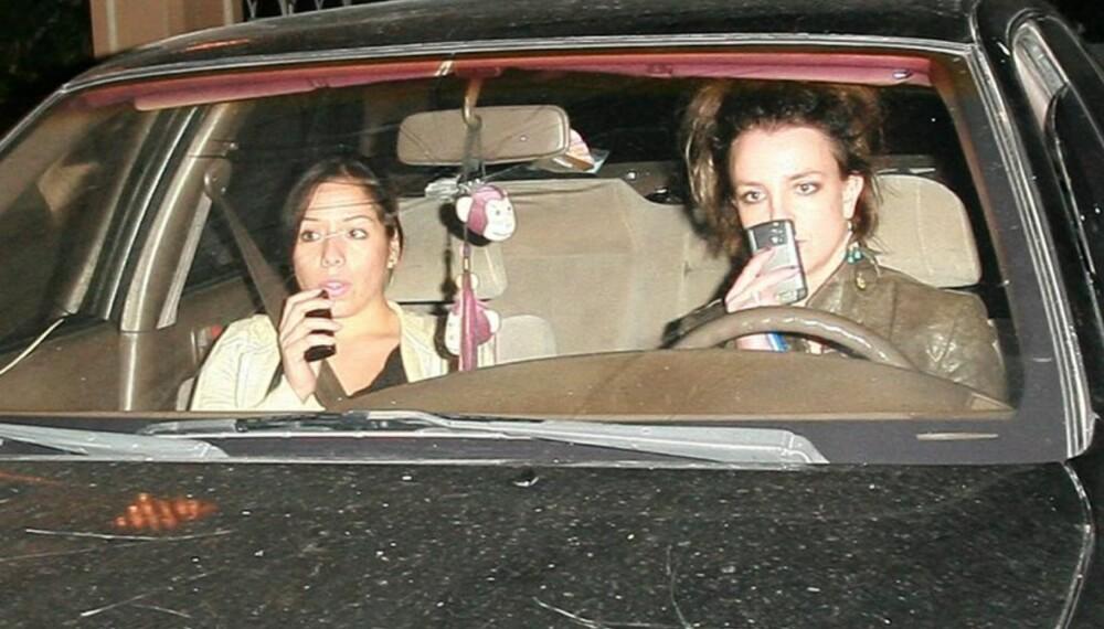 Britney Spears ute å kjøre sammen med sin assistent