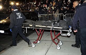 Liket av Heath Ledger fraktes ut av hans leilighet på Manhattan