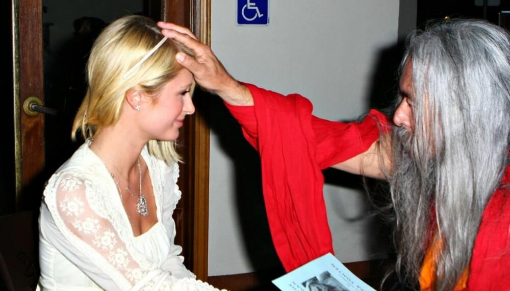 Paris Hilton blir velsignet av sin spirituelle veileder