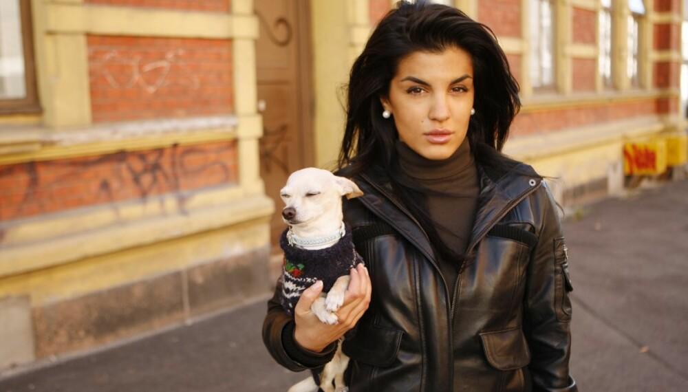 Aylar Lie med hunden Amanda