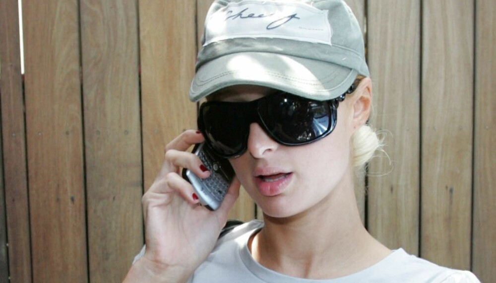 Paris Hilton snakker i telefonen