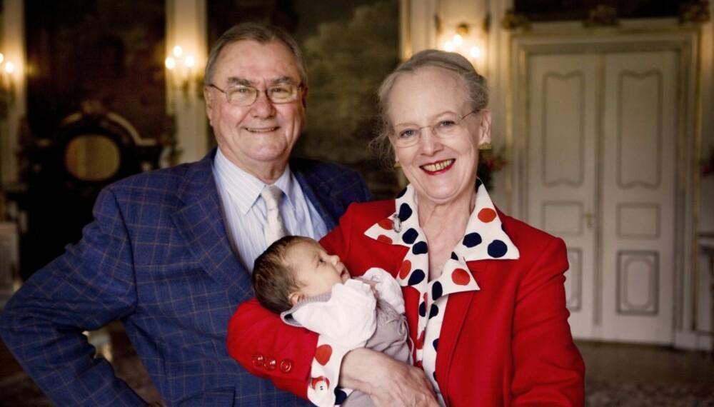 """Dronning Margrethe og prins Henrik med """"lillepigen"""""""