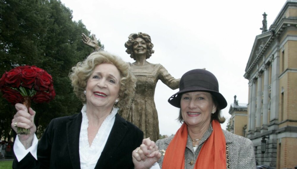 Dronning Sonja avduket statue av Wenche Foss