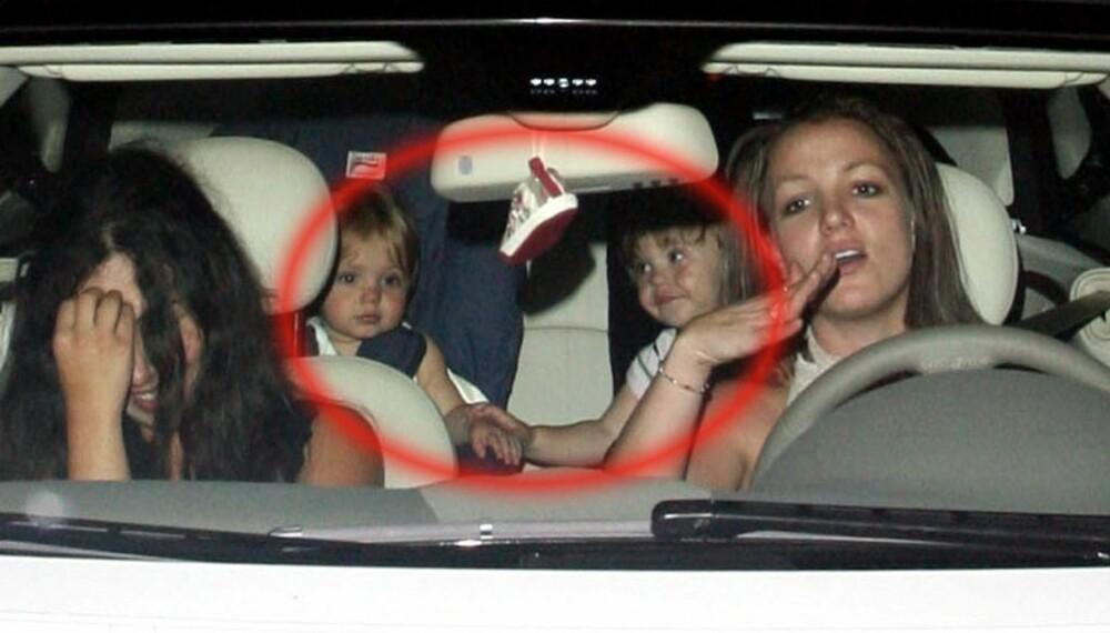 Sean Preston og Jayden James klamrer seg til hverandre når mamma Britney kjører