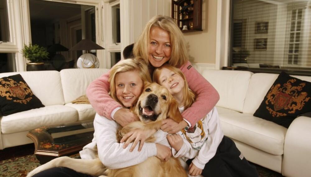 Christin Øren Iversen med døtrene Caroline og Celina og deres hund.