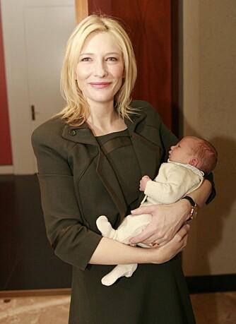 Cate Blanchett med sin nyfødte sønn