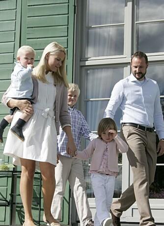 Kronprinsfamilien avbildes på trappen på Skaugum