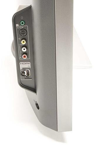 En HDMI-port på siden av TV-en gjør det lettere å koble til/fre enheter som bruker HDMI.