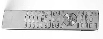 Fjernkontrollen er pen nok, men noen knapper kan være vanskelige å finne.