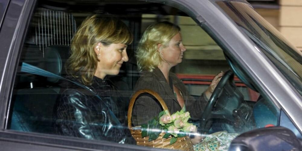 BAKVEIEN: Prinsesse Märtha Louise og Elisabeth Samnøy tok bakveien etter første skoledag på Engleskolen i fjor høst.