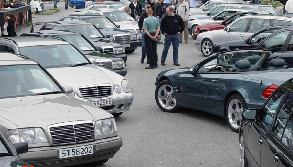 Mercedes-Benz Entusiastklubb-treffene samler mange mennesker, med alle Mercedes-Benz-modeller. Regn med en morsom helg på Gol.