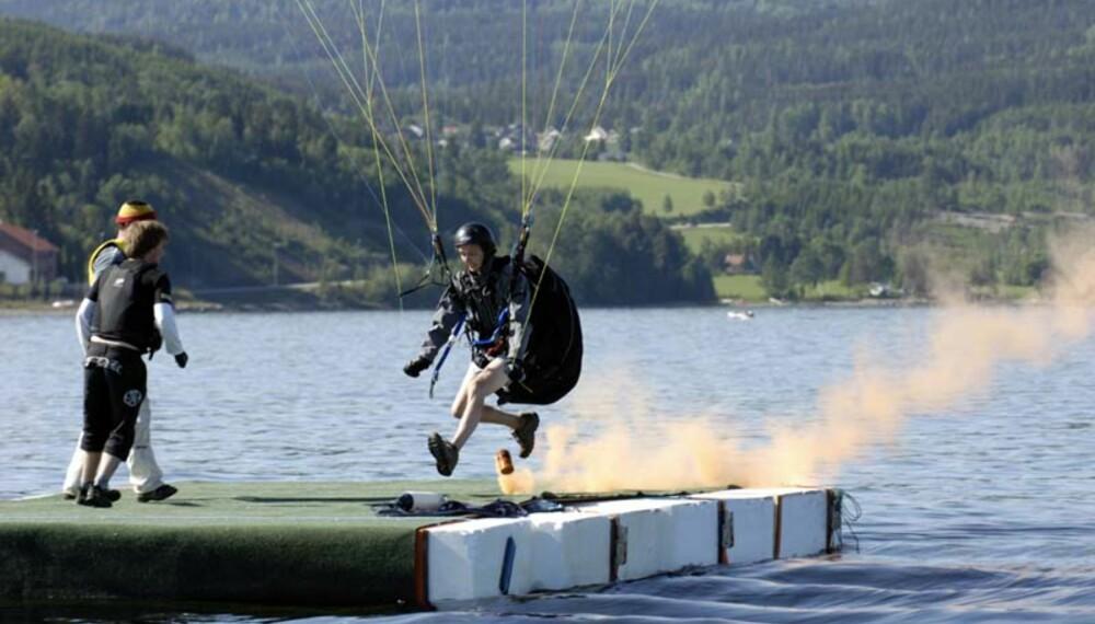 Rolf Dale gjør telemarksnedslag på isoporflåten. Foto: Håkon Bonafede