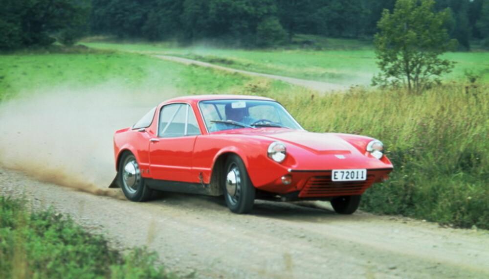 Filmer fra bilpresentasjoner og en god del reklamefilmer er også med. Her ser vi en annen generasjons Saab Sonett fra 1967.
