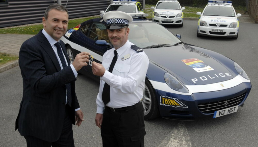 - Vær så god! Her er nøklene til 612 Scaglietti´en du skal ha som tjenestebil i dag. Ikke rart politimannen smiler.