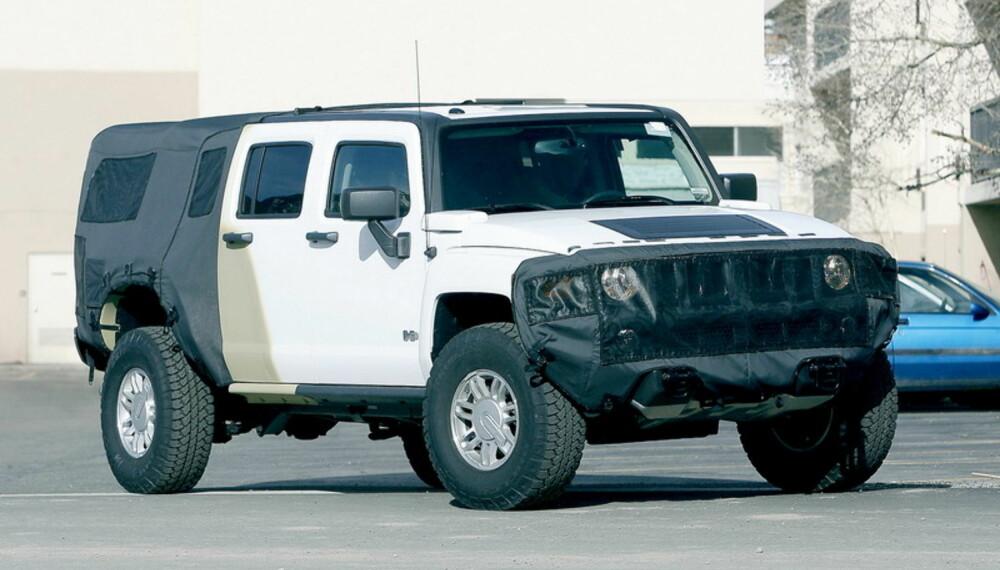 Selv om bilen er maskert i fronten, er det ikke akkurat vanskelig å se at dette er en Hummer H3. Foto: Automedia