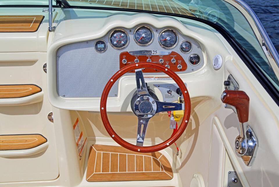 OSER AV TRADISJON: Dashbordet har moderne materialer, men du kjenner igjen stilen fra klassiske båter (FOTO: Terje Bjørnsen).