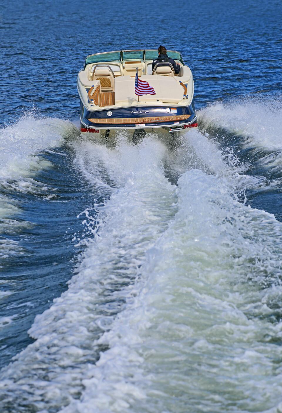 FORT NOK: Selv med en av de mindre V8-alternativene i motorrommet, klarer båten godt over 45 knop (FOTO: Terje Bjørnsen).