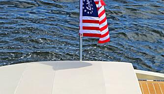 FLYR FLAGGET: Ingen tvil om at Chris-Craft er stolt av sine aner. Det er over 140 år siden grunnlegger Chris Smith bygde sin første båt (FOTO: Terje Bjørnsen).