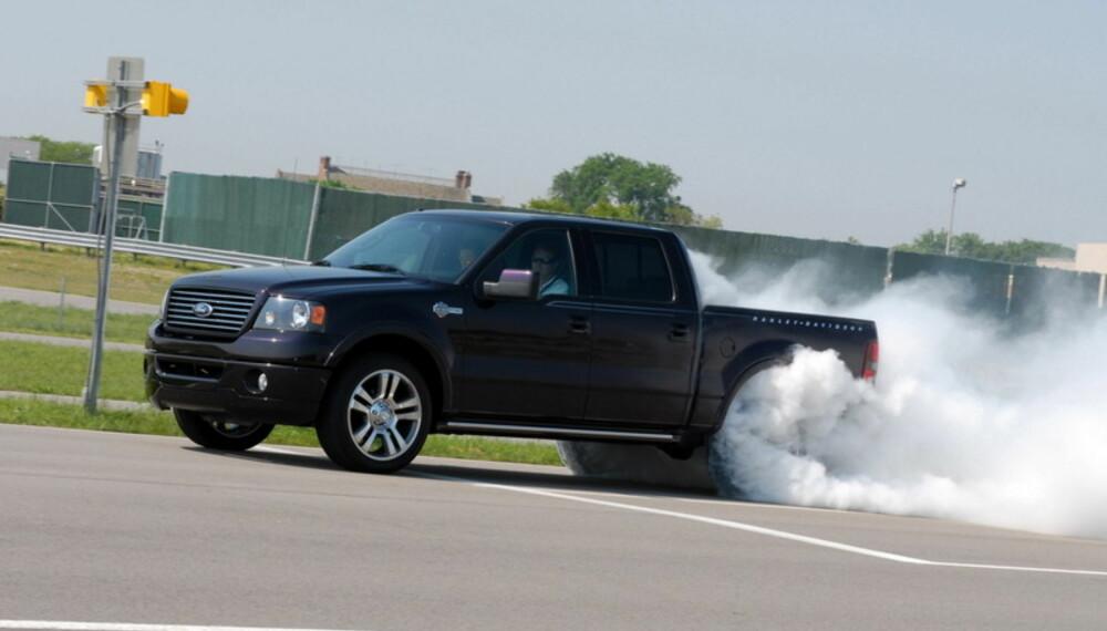Med 450 hk og 678 Nm er det nok ikke noe problem å redusere 22-tommerne til gummirøyk.