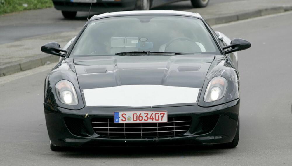 Under dette modifiserte 599-skallet testes antakeligvis teknikken til den kommende Ferrari Dino. Foto: Automedia