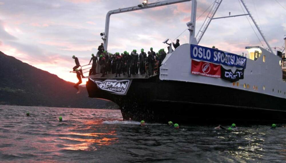 Ingen vei tilbake. 177 menn og 13 kvinner hopper ut i Hardangerfjorden utenfor Eidfjord. Vannet holder 16 grader. Foto: Thorkild Gundersen
