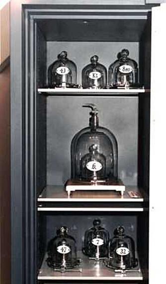 Forskere har sammenliknet flere prototyper på et kilogram. Det er et stort mysterium hvorfor de har ulik vekt.