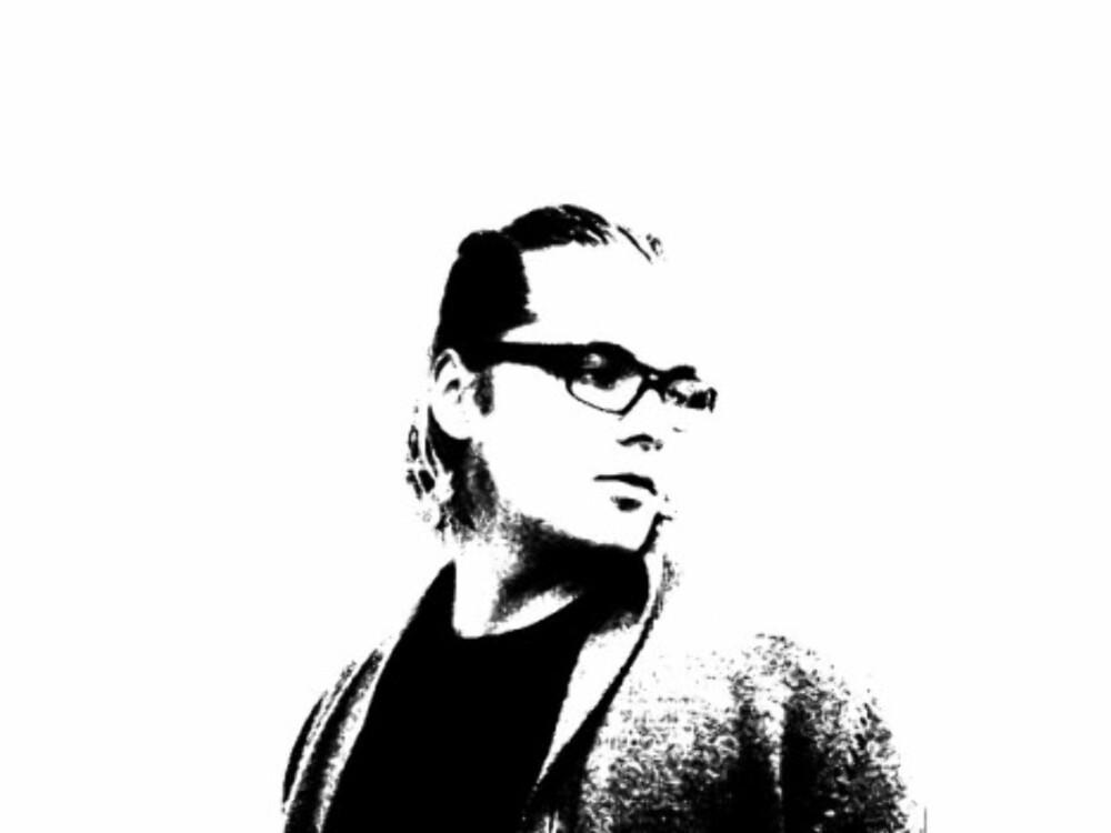 Bildet i Scareface er helt sort/hvitt, uten gråtoner. Denne effekten kan oppnås med å justere levels i bildet. Velg Enhance/Adjust lightning/Levels. Det vil da være mulig å justere levels til bildet er helt sort/hvitt. Forskjellige bilder krever forskjellige verdier, da fargene og gråtonene i bildene vil være forskjellige i hvert eksempel. Eksempel-verdier for å oppnå sort/hvitt er: 75/0,20/89. Disse kan justeres ved å dra pilene under grafen til bildet ser riktig ut. Dette steget kan være meget komplisert, og kan i verste fall kreve småjusteringer og juks. Dette er det steget som gir bildet en skikkelig trøkk, så om en real effekt er ønsket, bør mye tid brukes på dette steget.