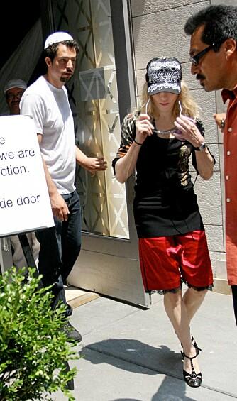 FULL STORM: Det blåser rundt Madonna og Guy Ritchie for tiden. Her er hun på vei ut fra et Kabbalah-møte i New York.
