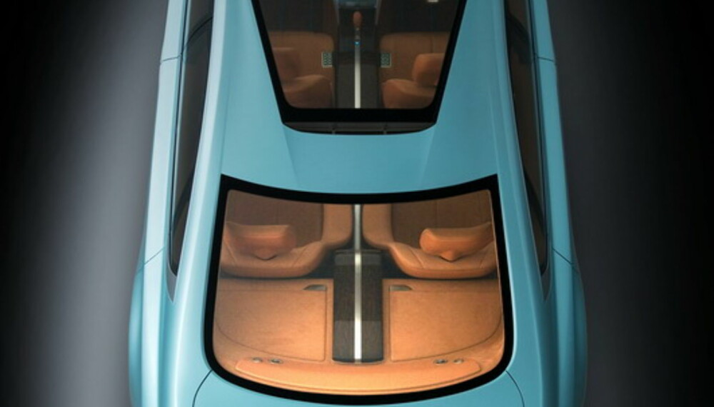 Frontruta går over i et digert glasstak, og sammen med en stor bakrute gir dette mye lys i kupeen.