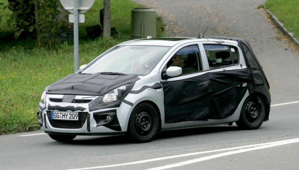 Hyundai i20 får mange av de samme trekkene som storebror i30, bare i en mer kompakt innpakning. Her er det femdørsmodellen som testes, men en mer sporty innrettet tredørsmodell skal også komme. Foto: Automedia