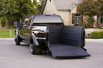 Bilen er ombygd til forhjulstrekk og har uavhengig hjuloppheng bak, for å få et så lavt gulv på lasteplanet som mulig.