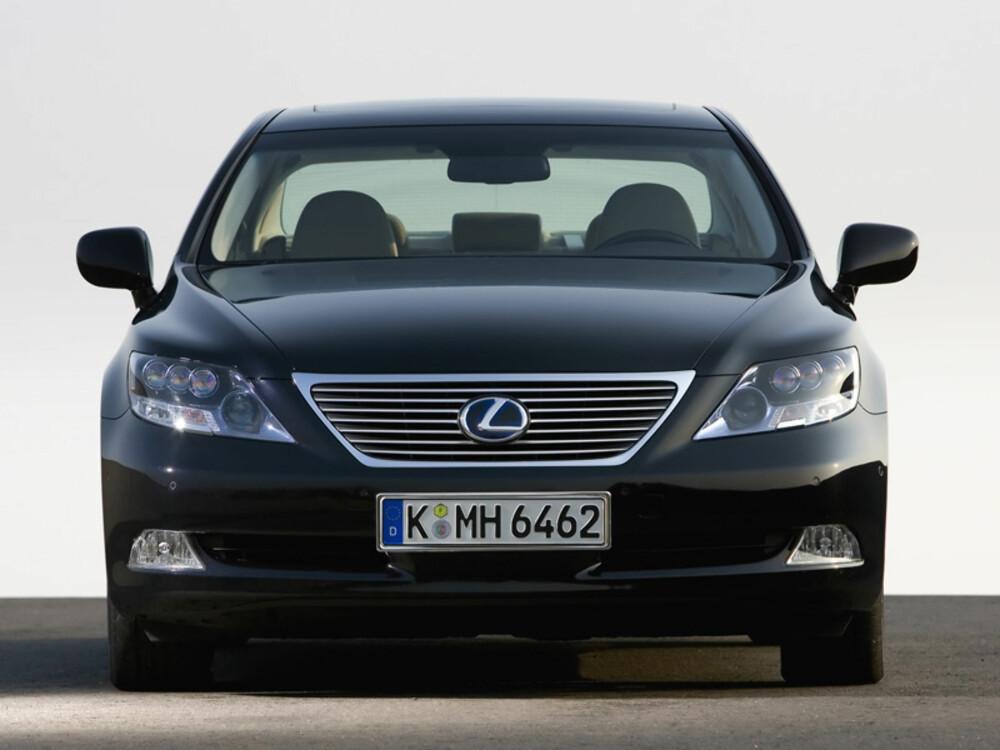 DÅRLIGERE: Lexus, her representert av flaggskipet LS600h, har langt lavere fabrikksgaranti på hybridsystemet enn konsernsøskenet Toyota Prius. Det skiller tre år (eller 60.000 km) mellom de to.