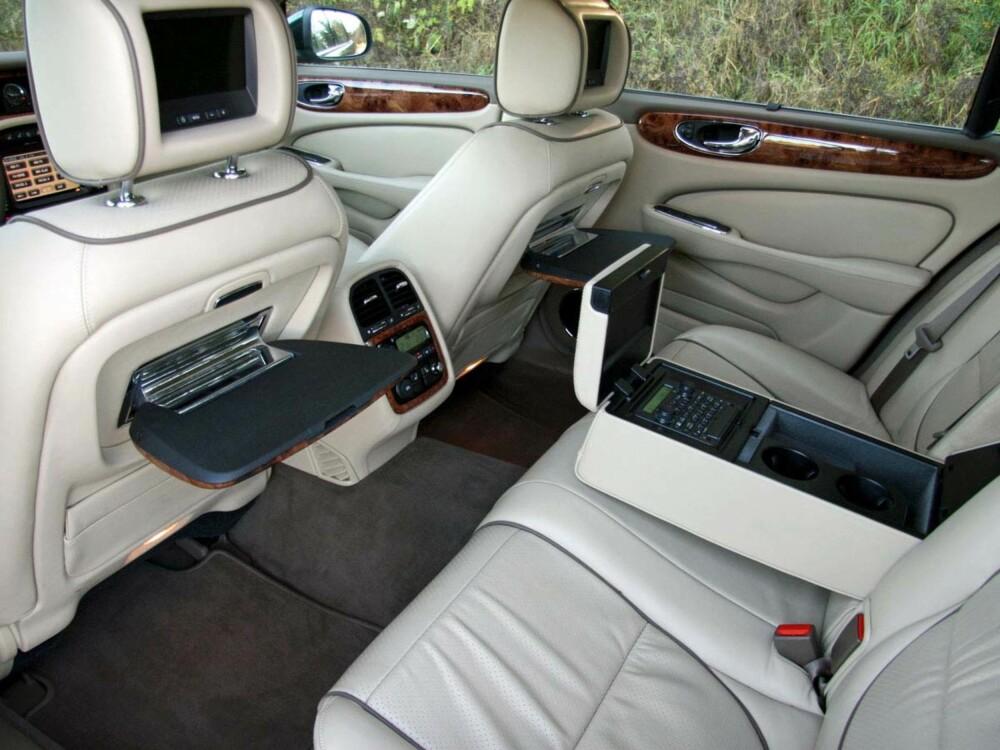 HERREKLUBB: Det går definitivt an å trives i baksetet på en Jaguar XJ, også. Men den er faktisk enda bedre å kjøre enn å sitte på i.