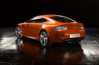 De nye sideskjørtene er mer markante, og de hvite baklysene gir N400 et særpreg.